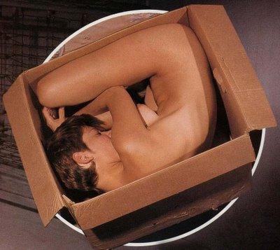 Cajas de despelote. Girl-in-a-box
